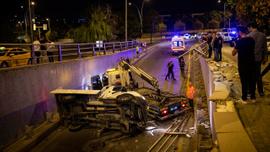 Ankara'da kamyonet alt geçide düştü
