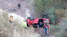 Otomobil dereye uçtu: Biri çocuk 2 ölü 6 ağır yaralı