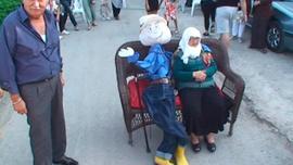 Bursa'da ilginç olay! Ölene eşinin kuklasıyla gelin arabasının önünü..