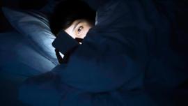 Gece boyunca telefondan oyun oynayan kişi kör oldu