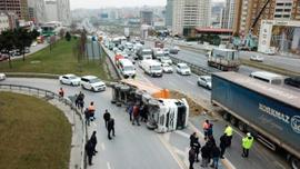 TEM'de kamyon devrildi trafik kitlendi