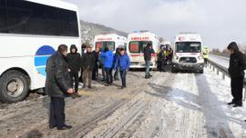 Bolu'da, kar yağışı nedeniyle yaşanan kazalar kara yolunu kapattı
