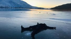 Bayburt'ta donan gölde hatıra fotoğrafı