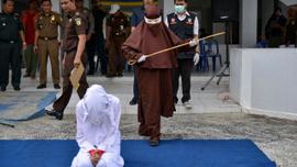 Endonezya'nın ilk kadın kırbaçcısı görüntülendi