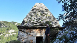 Yıllarca adak adanan dualar edilen türbe Yunan savaşçının mezarı çıktı