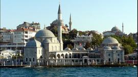 Tarihi camide yaya yolu çatlağı!