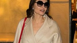 Angelina Jolie servet değerindeki mantosuyla objektiflere takıldı
