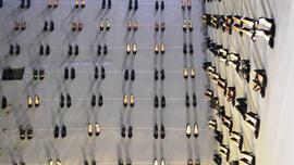Kadın cinayetlerine dikkat çekmek için duvara 440 çift ayakkabı asıldı