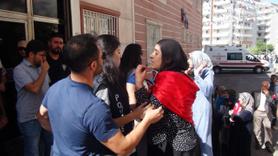 HDP'liler ile parti binası önünde eylem yapan aileler arasında...