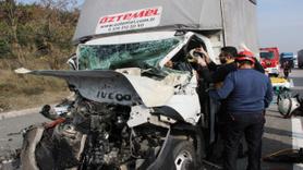 Kamyonet, tıra arkadan çarptı sürücü direksiyonda sıkıştı