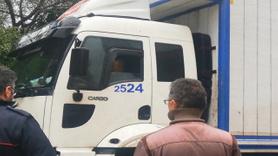 Yolda asılı kalan kamyonun kurtarılması için direksiyonda bekledi