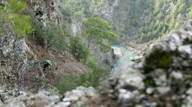 Kayalıklarda mahsur kalan 6 keçi 8 saatlik operasyonla kurtarıldı