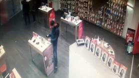 Müşteri gibi gelip cep telefonunu çaldı