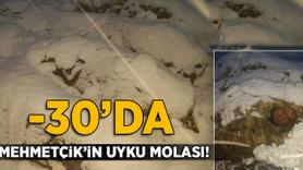 Mehmetçik kar altında uyku molasında