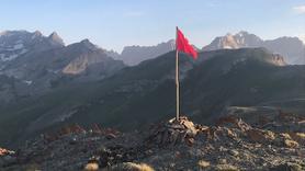 Mehmetçik Buzul Dağı ve Cilo Dağı'nın zirvesine bayrağı dikti