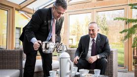 Bakan Çavuşoğlu'na kendi eliyle Türk çayı ikram etti