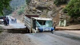Yol çöktü, kamyonet çukura düştü