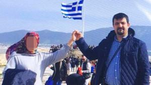 Yunanistan'a kaçan FETÖ firarisi çift Yunan bayrağı önünde poz vermiş