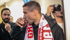 Podolski geldi! Kapıdan çay içerek çıktı