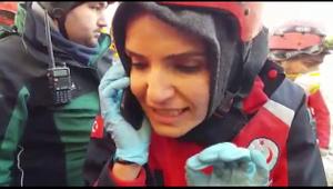 Elazığ'da AFAD görevlisinin enkaz altındaki kadınla konuşması