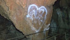 3 bin yıllık Oylat Mağarası'nı sprey boyayla tahrip ettiler