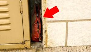Tadilat yaparken okulun duvarında tesadüfen bulunan 63 yıllık cüzdan.