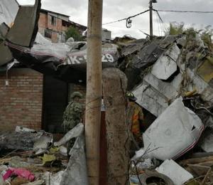 Evin çatısına uçak düştü: 7 ölü