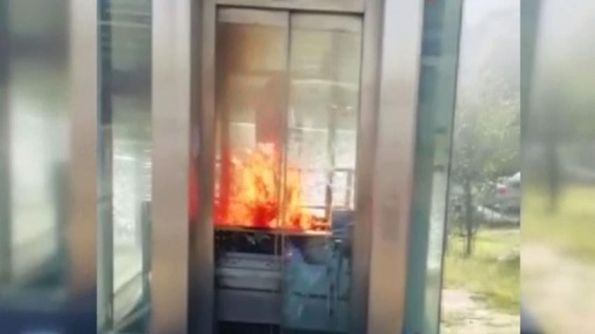 Metrobüs durağındaki asansörde yangın paniği
