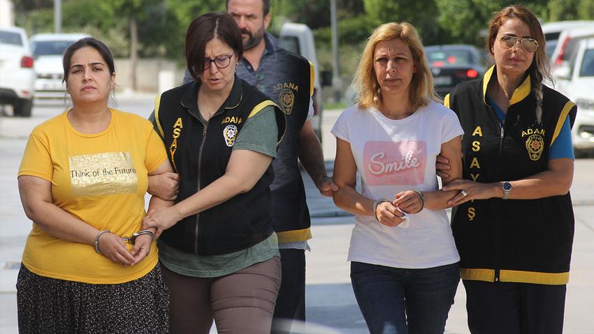 Kadınların birinin tişörtünde İngilizce 'gülümse' diğerinde ise 'geleceği düşün' yazısı yer aldı. ile ilgili görsel sonucu
