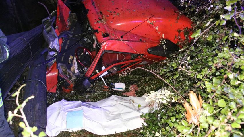 TIR iki otomobile çarptı, şarampole uçtu: 1 ölü