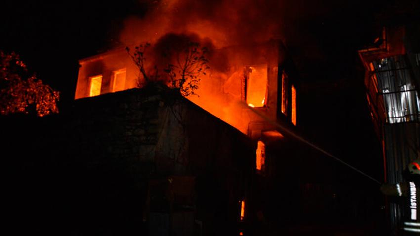 Fatih'te metruk bir binada çıkan yangın geceyi aydınlattı