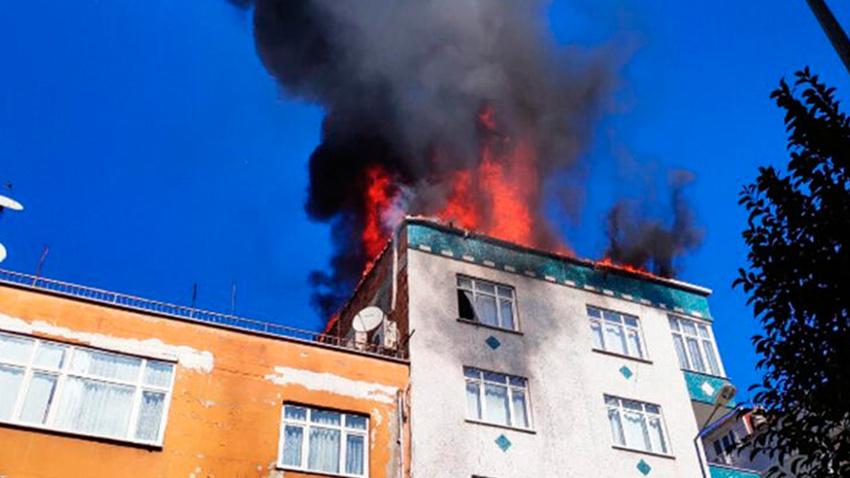 Bağcılar'da yangın: Binanın çatı katı alev alev yandı