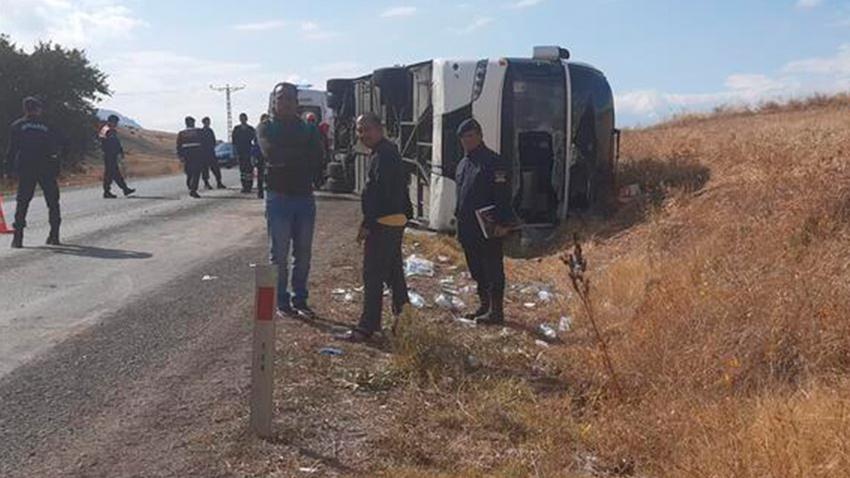 Malezyalı turistleri taşıyan otobüs devrildi: 1 ölü, 30 yaralı
