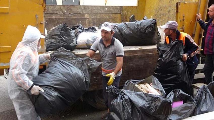 Yaşlı kadının evinden 7 ton çöp çıktı