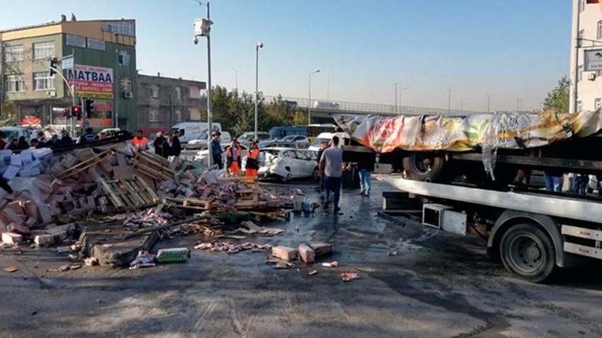 İstanbul'da meyve suyu yüklü kamyonet 3 araca çarparak durabildi