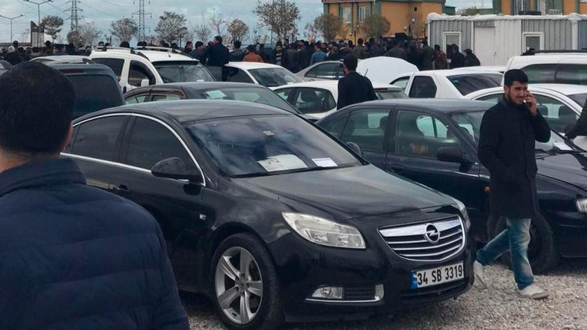Van'da ikinci el otomobil pazarında silahlı çatışma: Yaralılar var