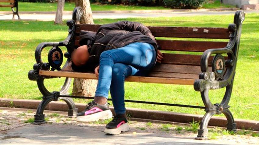 Genç kız uyuşturucu ve alkolün etkisiyle bankta sızdı