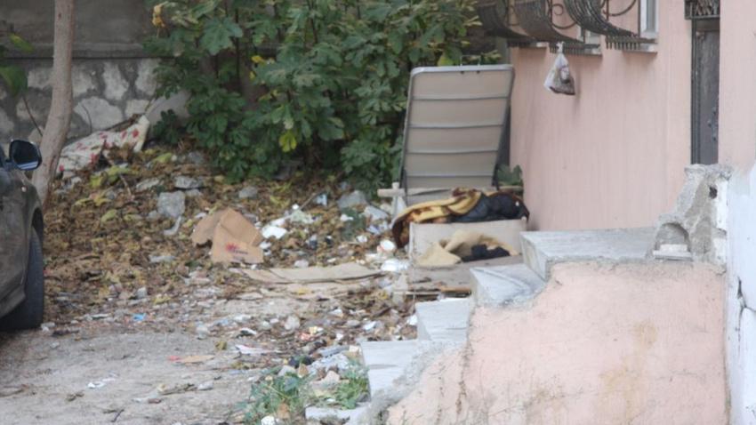 Sokakta yaşayan 70 yaşındaki adam, yatak bazası içinde ölü bulundu
