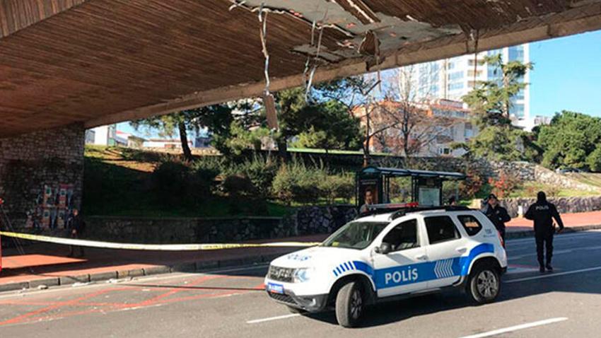 Beşiktaş'ta vinç üst geçide çarptı