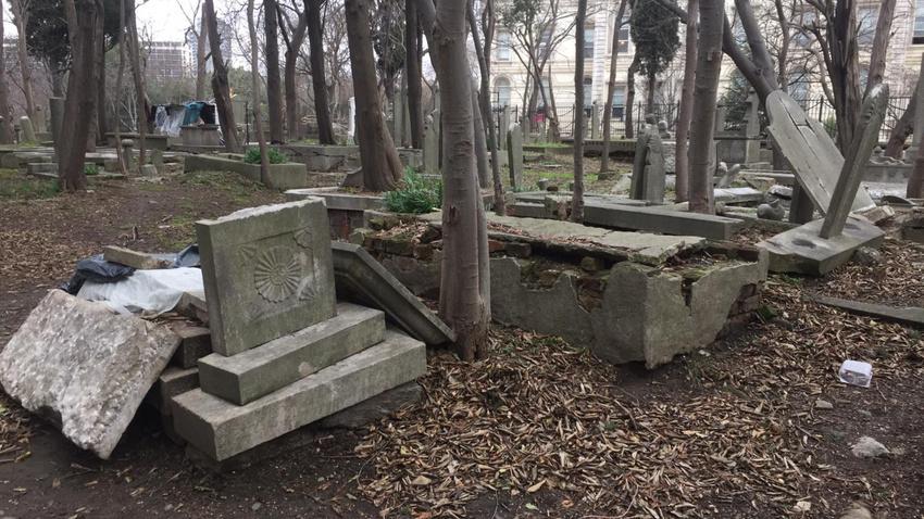 Tarihi Maçka Mezarlığını talan ettiler