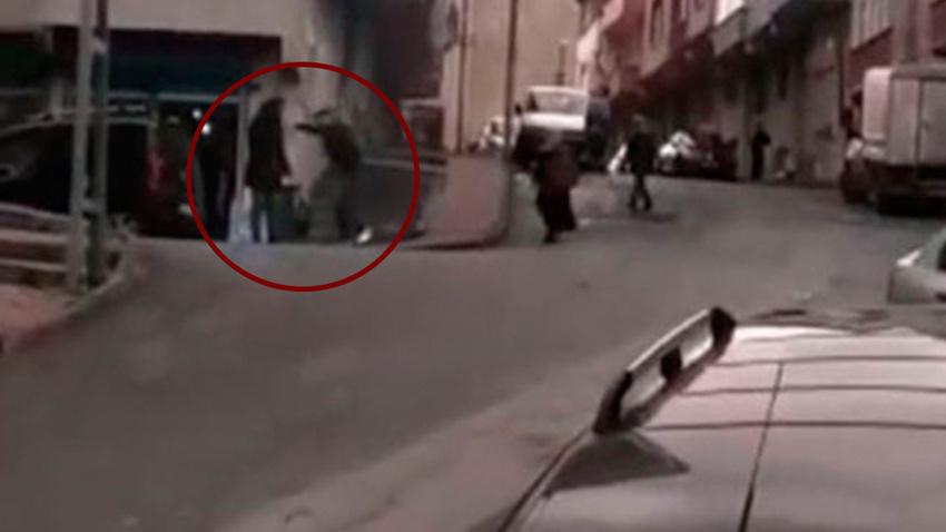 Gaziosmanpaşa'da sokak ortasında dehşet! Sopayla dövdü
