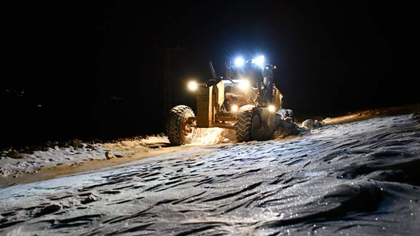 Ağrı'nın 2 bin rakımlı dağ köyü yollarını kar timleri ulaşıma açtı