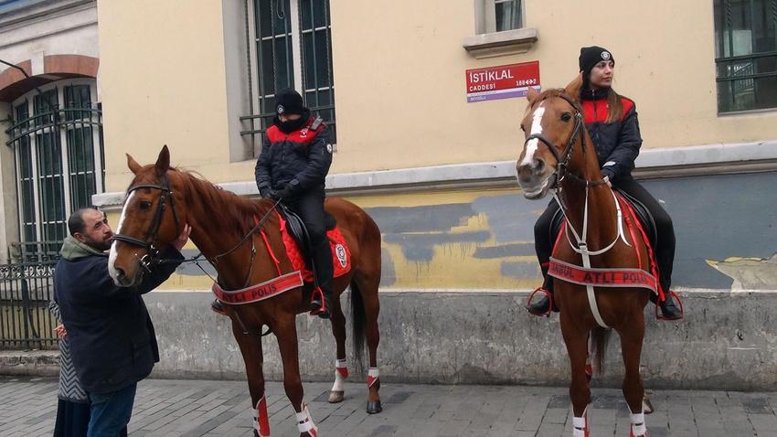 Atlı polislerin geçidine turistlerden yoğun ilgi
