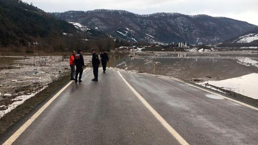 Taşan baraj yolu kapattı
