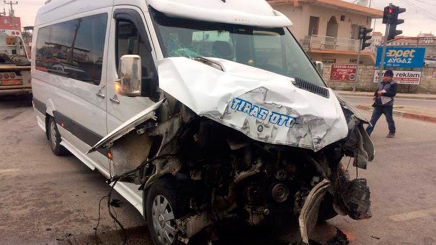Kırmızıda geçen otobüs öğrenci servisine çarptı: 5 yaralı