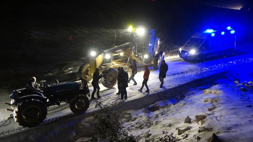 Yayladağı'nda yolda mahsur kalan vatandaşlar kurtarıldı