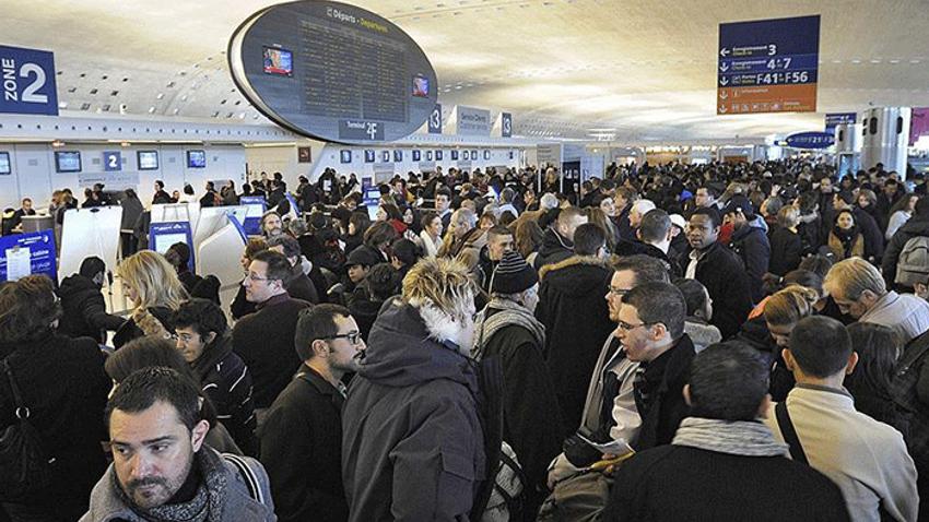 Havalimanında polislerden iş yavaşlatma eylemi