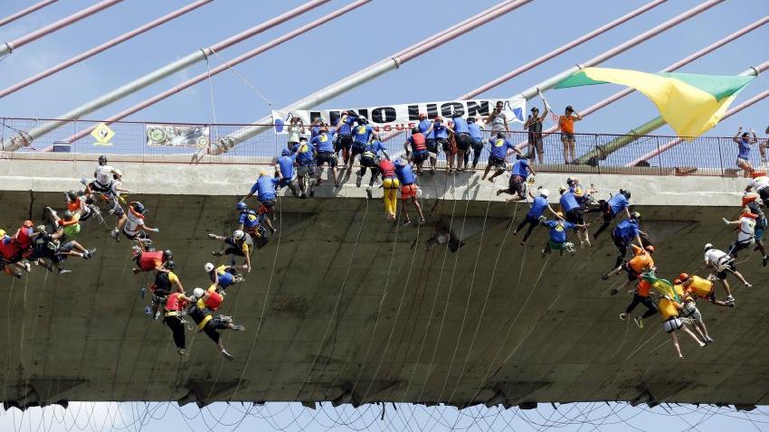 245 kişi aynı anda hep beraber köprüden atladı!