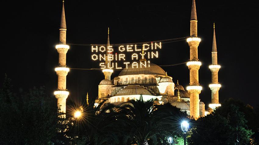 Ramazan Allah'ın huzurunda secdeye kapanır