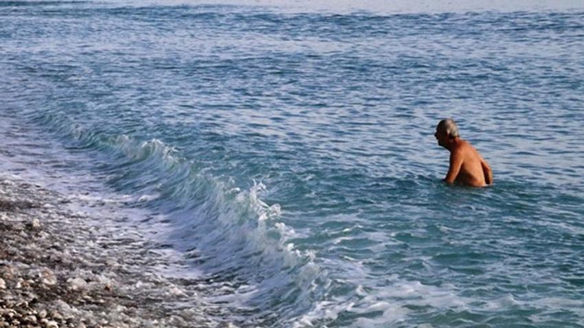 Antalya'da vatandaşlar Ocak ayında denize girdi